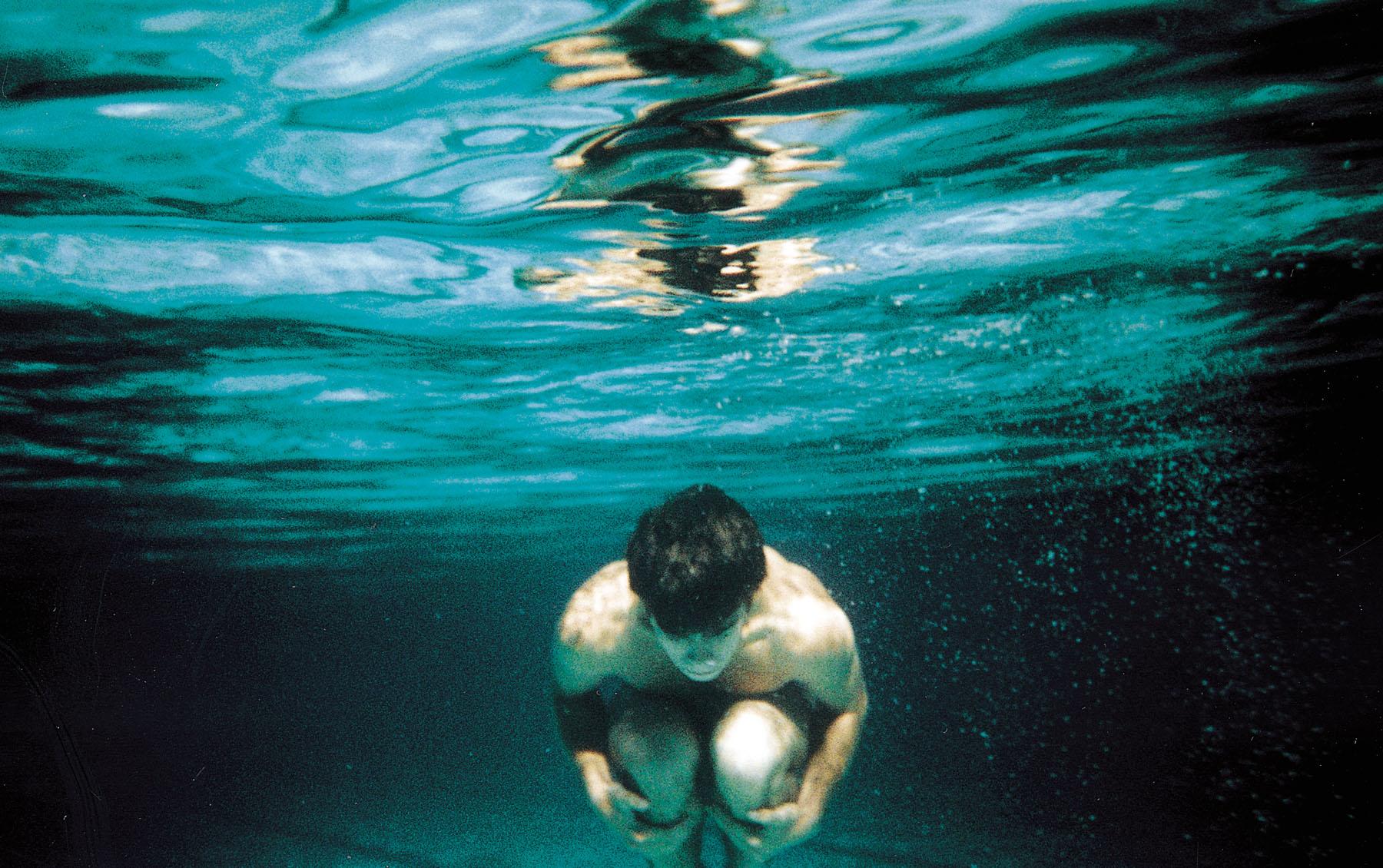 Quatro minutos com a cabeça de baixo d'água sem respirar, é o suficiente para causar danos ao cérebro.